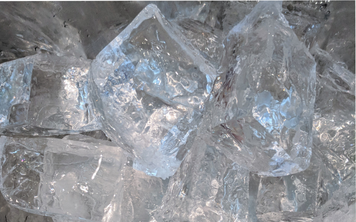 Large cubes of clear ice